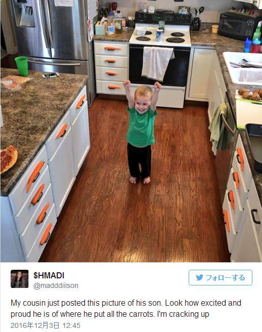 キッチンのそこらじゅうに「ニンジン」を飾りまくった少年がにっこりガッツポーズ! ドヤ顔が可愛すぎるのです
