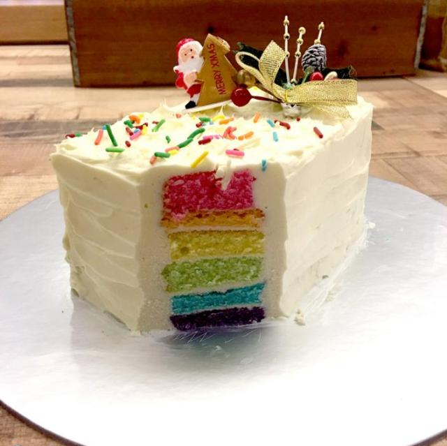 日本と全く違う! シンガポールで人気のクリスマスケーキはスポンジがレインボーカラーのケーキです