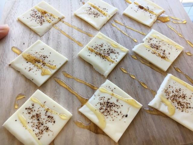 【やられた】ニッカの公式ツイッターでヤバそうなおつまみレシピ発見!! チーズにコーヒーとはちみつかけただけとか…ためしに作ってみたら驚愕の結果に
