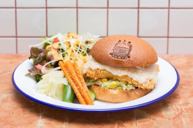 ミシュラン2つ星店の寿司職人がプロデュースする「フィッシュバーガー前門店」が贅沢美味そう! 付け合わせのピクルスはガリです★
