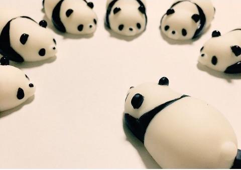 大福みたいにモッチモチの「やわらかフィギュア」に新作が登場! パンダとヒヨコがゴロンと寝転んでるよぉ~♪