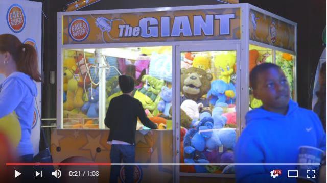 【ドッキリ動画】ゲームセンターでUFOキャッチャーに挑戦していたら…中のぬいぐるみが動いた!?