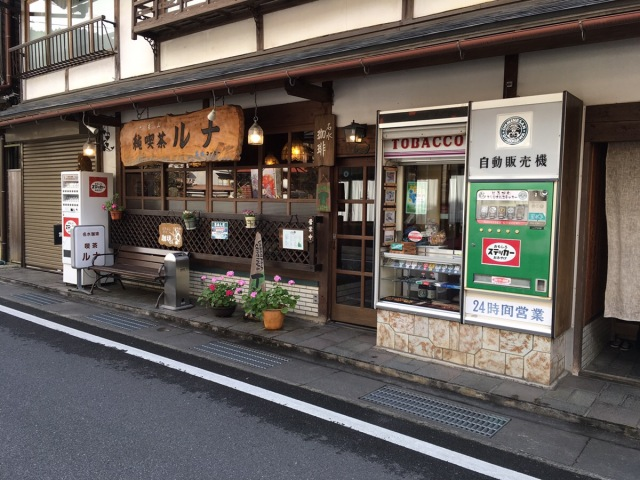 奈良県の秘境・洞川温泉でおもしろ自販機を発見 / 売っているのはタバコじゃなくて超絶レアな「オリジナル洞川ステッカー」だ!