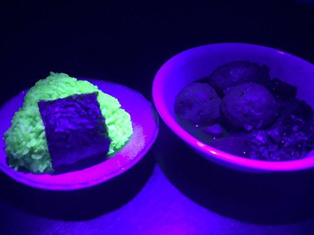 ブラックライトで光る「蛍光おにぎり」が不気味すぎ!!! ご飯を炊いてるときからビジュアルがやばい