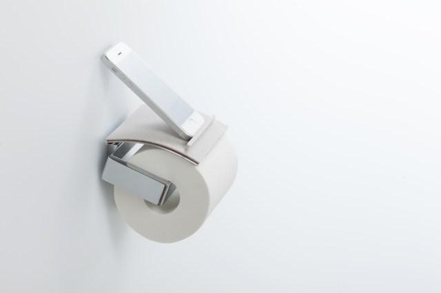 トイレにスマホ置き場ができる! ペーパーホルダーに簡単に設置できちゃう「トイレトレイ」が便利そう