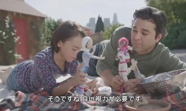 「娘はなりたいものになれる」パパが娘と本気でお人形さん遊びをする理由とは? あえてスポーツ中継にバービーCMを流した粋な計らいも素晴らしいのです