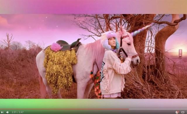 パステルカラー&ユニコーンがゆめかわいい♪ 韓国ガールズグループのMVがポップでキッチュで摩訶不思議