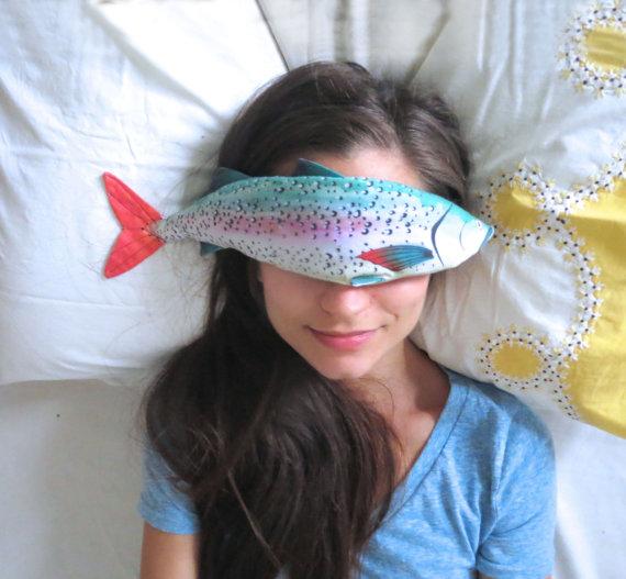 疲れ目を癒してくれるのは…魚!? オーガニック素材にとことんこだわったフィッシュ・アイピローがジワジワきゃわゆい