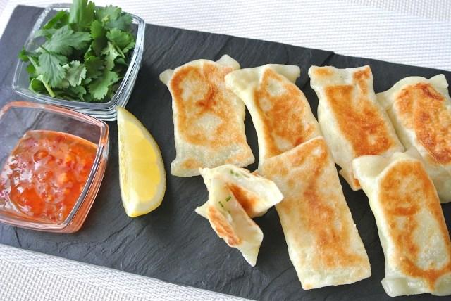 【超リメイクレシピ】あまったお餅をエスニック風に! 「サントリー」おすすめの「パクチー餅チーズぎょうざ」を作ってみたよ!