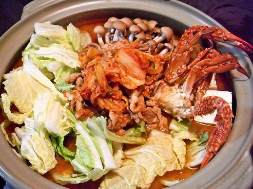おいしいお鍋レシピを教えて! 「白菜×豚肉の最強コンビ鍋」「キムチの素を追加した激辛キムチ鍋」「はんぺん入りカレー鍋」など