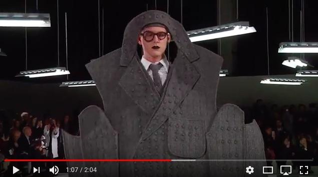 【2度見必至】「トム ブラウン」2017年秋冬パリメンズコレクションの難易度が高すぎる / 長すぎる袖や、制作途中のパターンのような平面スタイルも