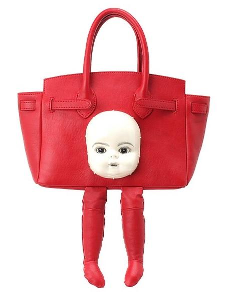 【二度見必至】バッグにリアルな人形の顔とスーッと伸びた足が生えている!! 見ているだけで背筋がゾワゾワする超個性派バッグがありました