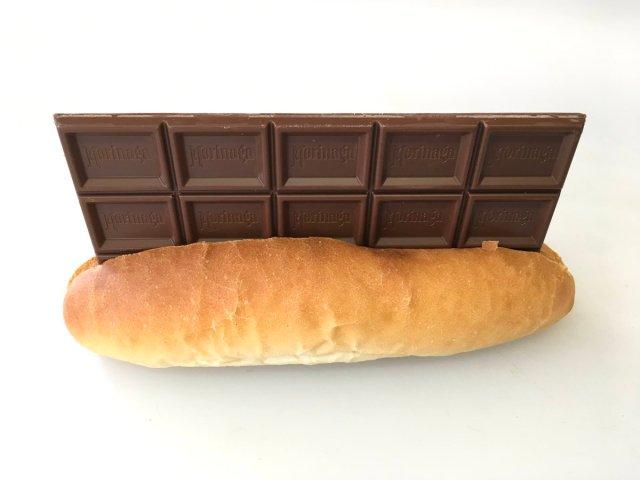 コッペパンに板チョコが丸ごとはさまってる…!!! ビジュアルにド肝を抜かれる「バレンタインパン」が話題です