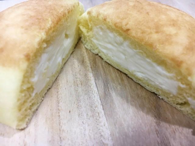 【大発明】チーズケーキが中華まんになると癒し系に / ファミマの『フロマージュまん』はねっとり濃厚だけど爽やかな味なのです!