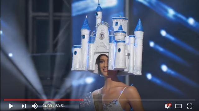 【衝撃】ミスユニバース・ドイツ代表の衣装が攻めすぎておる!! 頭にお城がのっているよおおお!