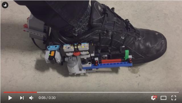 スニーカーのひもを自動で結ぶマシンをLEGOで作ったった! しかし必要な時間は30秒…手でやったほうが早い仕上がりに