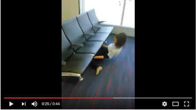 【神ワザ】空港ロビーの椅子の隙間をリンボーダンスをした結果…見事成功! なんとお姉さんの正体は◯◯でした