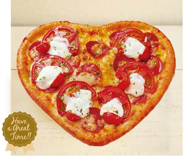 箱を開けたらちょっとビックリ! ピザーラからかわいい「ハートピザ」が新登場だよ / サラミとトマトがたっぷりで色鮮やかです♪