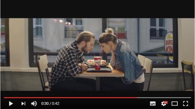 """バーガーキングがバレンタイン限定 """"ラブラブ"""" カップを作ったってよ! 私以外みんなコレで飲んでたら…泣く"""