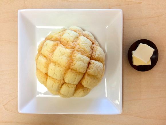 【禁断の味】パッサパサの激安メロンパンをバターひとつで至福の味に激変させる裏技! 2分で簡単にできちゃうよ!