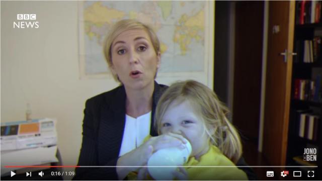 【パロディー動画】世界で話題となった「生放送中に子供乱入事件」もしもパパではなくママだったらこうなっていた!?