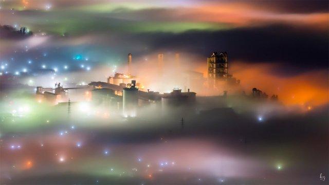 【これが埼玉…!】あまりにも幻想的な「秩父の雲海」が撮影されました / 霧の中に町が浮かび上がってまるでファンタジーの世界みたい!
