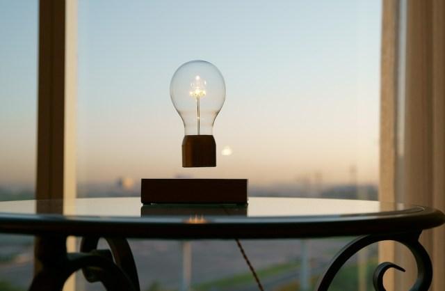 【新生活に】電球が宙にぷかーっと浮いてるう! 魔法みたいだけど魔法じゃないスタイリッシュ電球「Flyte」