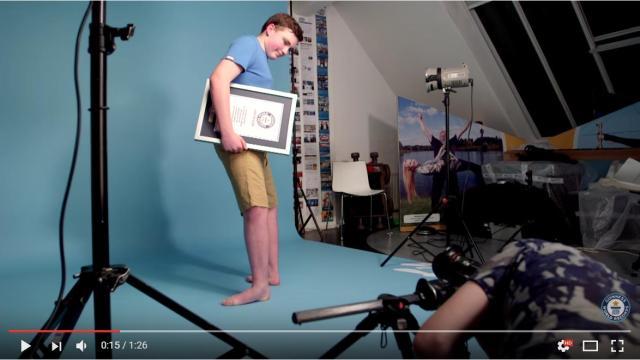 【ややホラー】顔は真正面を向いているのに…足だけ後ろを向いてるゾ!? 「足回転」のギネス世界記録保持者は14歳の少年