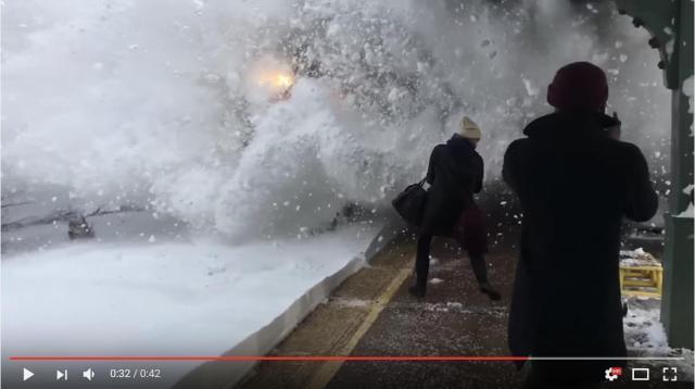 【衝撃映像】電車が巻き上げた雪がホームにいる客を次々襲っていく様子 / アナウンスもなくみんな全然逃げない…!