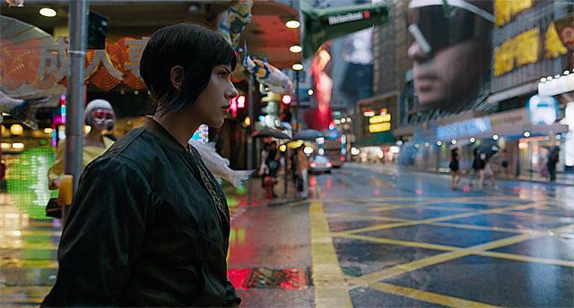 映画『ゴースト・イン・ザ・シェル』はスカヨハの魅力が大爆発! アニメ版の押井守監督も「存在感とカリスマ性が強烈なんだ」と大絶賛【最新シネマ批評】