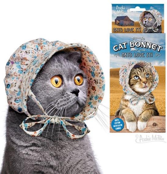 """うちの猫が """"農作業のおばさん風"""" に! どんなにツレない態度でもやっぱりかぶせたくなる「猫用かぶりもの3選」"""
