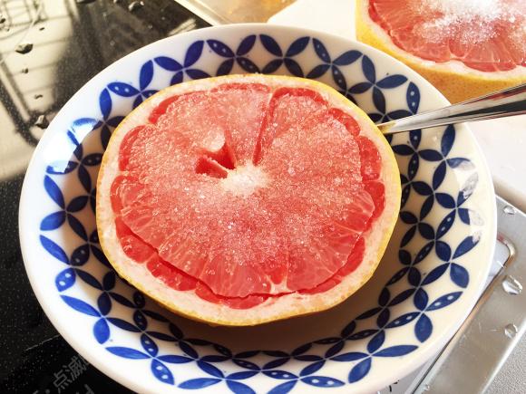 【衝撃】30代以上の常識「グレープフルーツに砂糖をかけて食べる」が20代以下にはまったく通じなかった件