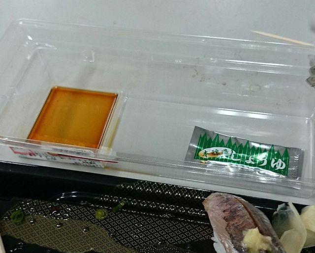 スーパーの寿司パック、醤油をどこに出す? このパックなら悩みは解決してしまいますっ