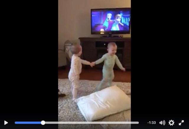 テレビと双子の動きにご注目♡ 『アナ雪』をほぼ完ぺきに再現する双子ちゃんがすんごいですっ