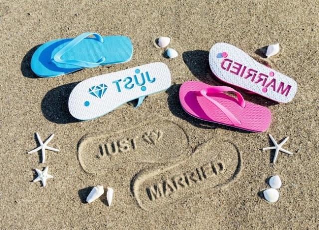 砂浜に文字をポンと押すことができるビーチサンダルが登場♪ サイズもカラーも文字もぜ~んぶ自由にカスタムできちゃうってよ