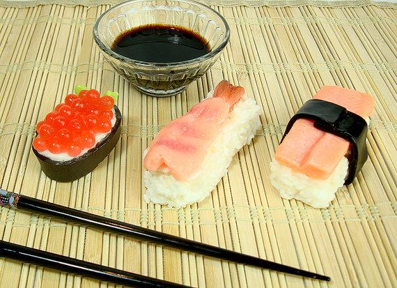 お寿司そっくりな石けん「スシ・ソープ」 イクラ・エビ・サーモンの3種セットで「お弁当の香り」がするんだって