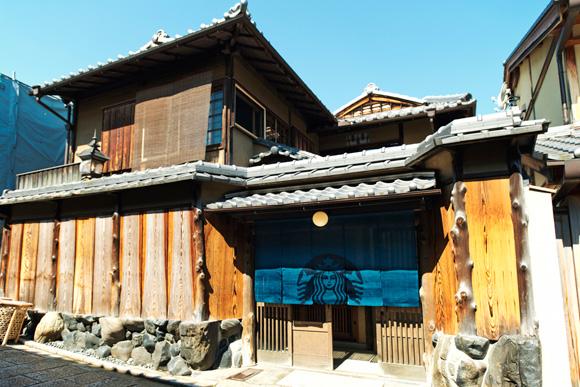 【世界初】のれんや畳のある「スタバ」がオープン / 京都・二寧坂にある築100年以上の日本母屋がスター・バックスとして生まれ変わるよ♪
