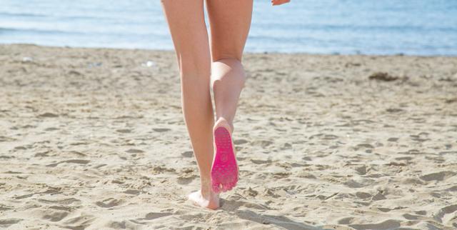 ほぼ裸足のようなサンダル!? 足裏をガード&水に強くて滑りにくい画期的アイテム「NakeFit」がすんごいよ