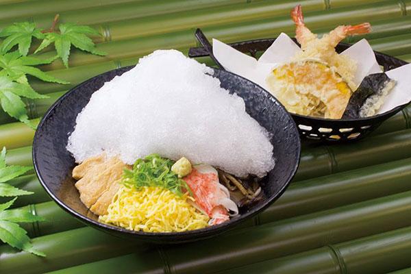 【今年もやるよ】蕎麦の上にかき氷がこんもり /「かき氷そば」が「阪急そば若菜」2店舗にて夏季限定で復活するよ