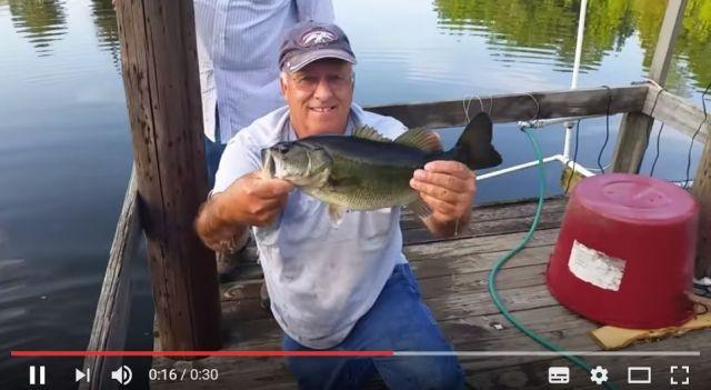 【釣り竿はいらん!】エサだけで魚釣りをするおじいさんの超絶テクニック / 釣った魚は手づかみでキャッチしちゃいます!
