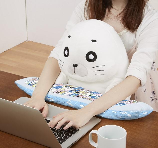 ゴマちゃんを抱っこしながらお仕事できる!? 白くて丸くて癒し度満点なゴマちゃんのPCクッションが新発売だよ〜
