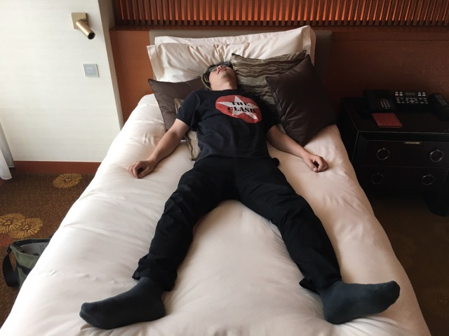 寝ている彼氏や旦那をどうやって起こす? 「キス&ハグ」「布団のまわりを行進」などラブラブ派と強硬派に分かれたよ