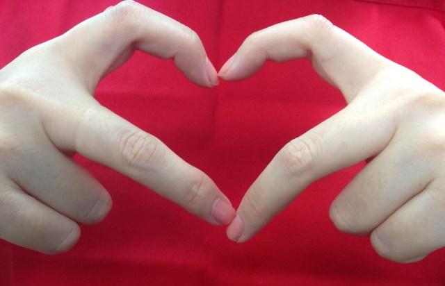 イマドキの「ハートのポーズ」事情を調査♡ 「人差し指と中指で作るハート」がめちゃめちゃ難しかった件…