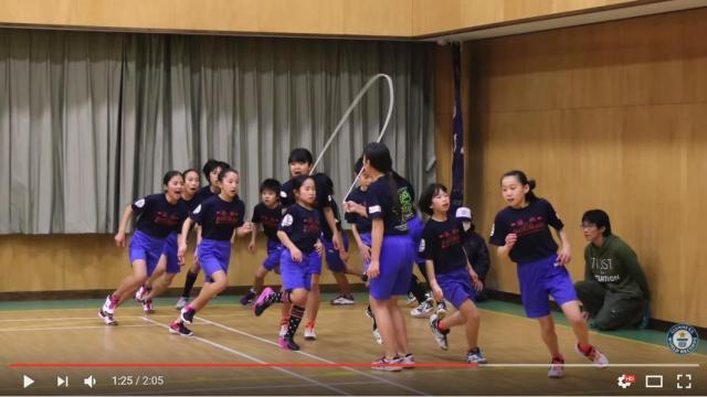 【信じられない動画】ギネス新記録を打ち立てた小学生の「長縄跳び」が早すぎてビビる / 一糸乱れぬ美しい動きにもご注目