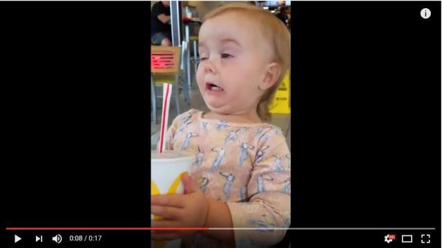 生まれて初めての「コーラ」の味に電撃ショック! あまりの衝撃に変顔を披露してしまった赤ちゃん