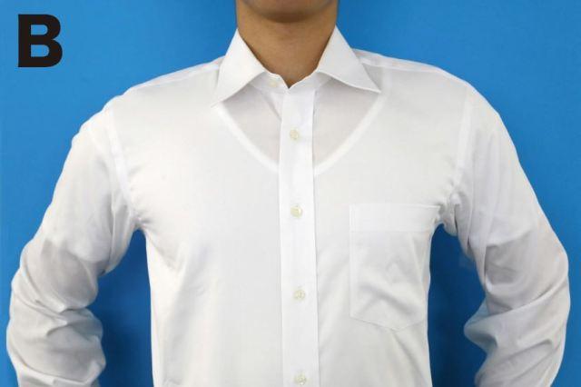 透けないと思っていたのに…白シャツの下に白色のTシャツは目立つことが判明しました