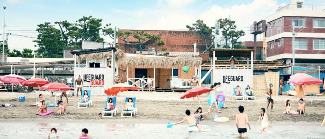 ビーチの安全を守るライフガードの肌を守る!? 日焼け止めを塗る男たち「ライフガードガード」が逗子海岸に登場するなり