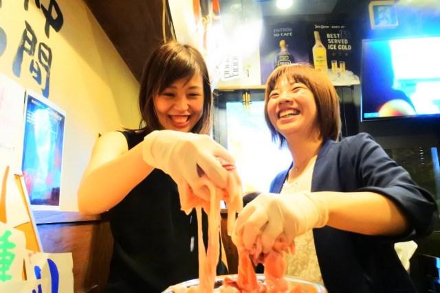 東京・三軒茶屋の焼肉屋さんの夏休みイベント「ホルモンつかみどり」が攻めてる / つかんだ分だけホルモンが無料になるよ!