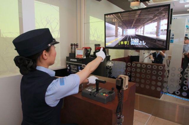 京急の車内そっくりなカラオケルームが登場♪ 車掌マイクや制服完備で「鉄道カラオケ」の臨場感アップです