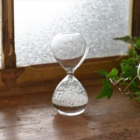 砂時計ならぬ「泡時計」が幻想的… 気泡が消え行く様子が時のはかなさを表しているかのようです